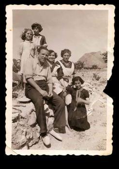 José Espí junto a su esposa, hijas y otros familiares